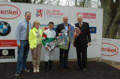 Siegerehrung mit Andrea Atzeni, Ralf Rohne und Rennvereinspräsident Peter M. Endres. Foto Gabriele Suhr