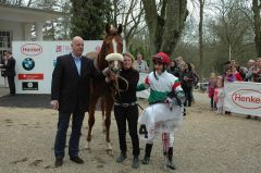 Siegerin Truly Perfect mit Trainer Ralf Rohne und Jockey Andrea Atzeni. Foto Gabriele Suhr
