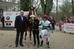 Truly Perfect nach ihrem Sieg in Düsseldorf am 14.04.2013 mit Trainer Ralf Rohne und Jockey Andrea Atzeni. Foto Gabriele Suhr