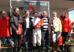 Siegerehrung mit Trainer Axel Kleinkorres, Jockey Adrie de Vries und Mitgliedern des German Racing Clubs. Foto Gabriele Suhr