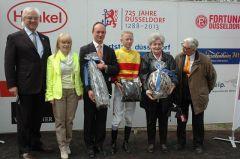 Siegerehrung mit Norbert J. Böhm (Vorstand RV Düsseldorf), Trainer Sascha Smrczek, Jockey Filip Minarin, Besitzerehepaar Habich. Foto Gabriele Suhr