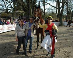 Sieger Little Star mit Trainer Daniel Christiaan Klomp und Jockey Lennart Hammer-Hansen. Foto Gabriele Suhr
