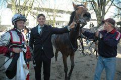 Santillana mit Jockey Daniele Porcu und Trainer Markus Klug. Foto Gabriele Suhr