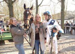 siegerin War Bride mit Besitzertrainerin Y. Almenräder und Jockey Patrick Gibson. Foto Gabriele Suhr