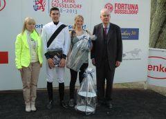 Siegerehrung mit Jockey Cevin Chan und Vizepräsident Albrecht Woeste. Foto Gabriele Suhr
