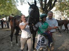 siegerin Red Lips mit Jockey Andre Best und Trainer Andreas Löwe. Foto Suhr