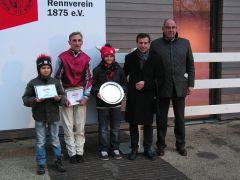 Andrasch Starke im Dress des Stalles D'Angelo, Peter Schiergen und Rennvereinspräsident Vogel. Foto: Gabriele Suhr