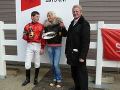 Siegerehrung mit J. Bojko, Trainerin M. Lindemann und R. Ording. (Foto Suhr)