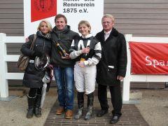 Siegerehrung mit Besitzertrainer Karl-Heinz Neureuther und Kirsten Schmitt. Foto: Gabriele Suhr