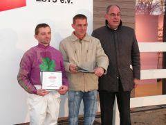Piotr Krowicki im Dress von A. Gloode u. Partner, Rennvereinspräsident J. Vogel. Foto: Gabriele Suhr
