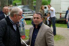 """Klaus Allofs freut sich über seinen ersten Sieger nach """"mindestens 15 Jahren"""" so Ehefrau Ute - einer der ersten Gratulanten ist Klaus Göntzsche. www.dequia.de"""