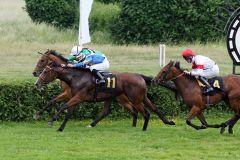 Knappe Entscheidung - Rule Britannia mit Mirco Demuro (Nummer 11) ist mit einer Nasenlänge voraus. www.galoppfoto.de - Marius Schwarz