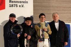 Siegerehrung mit Lutz Mäder und Jockey Maxim Pecheur nach dem Erfolg mit Kreuz As im ersten Rennen des Tages. Foto: Dr. Jens Fuchs