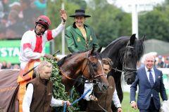 Besitzer Manfred Ostermann nimmt seinen Derbysieger Laccario und Eduardo Pedroza auf dem Geläuf in Empfang ... Foto: Dr. Jens Fuchsn. Foto: Dr. Jens Fuchs