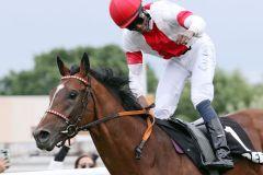 Endlich geschafft! Im 17. Anlauf gelingt Eduardo Pedroza der erste Derbysieg mit Laccario. www.galoppfoto.de