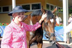 Lacy mit Silvia Jacobs, der Mutter von Andreas Jacobs, nach dem Sieg. www.galoppfoto.de - Frank Sorge
