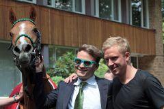 Laleh mit einem Teil des Stalles Darius Racing: Holger Faust (links) und Mike Hanke nach dem Sieg. www.galoppfoto.de - Sandra Scherning