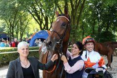 Die Siegerin Laurette mit Jockey Daniele Porcu und Birgit Stoltefuß (links) in Vertretung von Trainer Peter Schiergen. Foto: Dr. Jens Fuchs