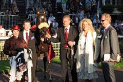 Le Miracle mit Dominique Boeuf, Trainer Werner Baltromei (Mitte) und den Besitzern Graf und Gräfin Reginald von Norman. www.galoppfoto.de