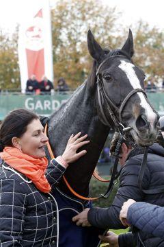 Lips Queen mit Trainerin Eva Fabianova nach dem Gruppesieg in Hannover. www.galoppfoto.de -  Sabine Brose