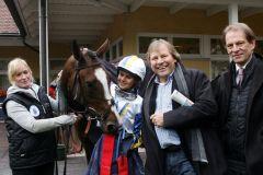 Liro mit Larissa Biess sowie dem halben Stall Winterhude - Dr. Peter Wind und Daniel Delius (rechts) - nach dem Sieg. www,galoppfoto.de