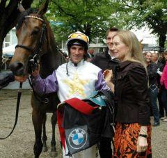 Liszar Joe mit Besitzerin Ina Emma Zimmermann und Andrasch Starke nach ihrem ersten Sieg in Düsseldorf. Foto: Gabriele Suhr