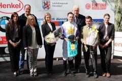 Die stolze Besitzerin und Züchterin Ina Emma Zimmermann (Mitte) neben Jockey Daniele Porcu und Trainer Peter Schiergen. Foto: Dr. Jens Fuchs