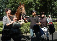 Lucky Jo mit Trainerin Sarka Schütz, Besitzerin Kerstin Heitz, Jockey Adrie de Vries. Foto Gabriele Suhr