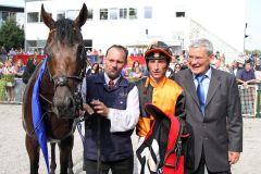 Lucky Lion mit Jockey Ioritz Mendizabal und Trainer Andreas Löwe (rechts) nach dem Sieg im Großen Dallmayr-Preis. www.galoppfoto.de - Sebastian Höger