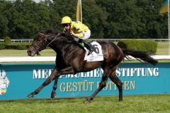 Souveräner Sieger im 30. Mehl-Mülhens-Rennen: Karpino ist mit Oisin Murphy  mit 4½ Längen voraus. www.galoppfoto.de - Sandra Scherning