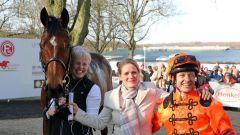 Mighty Mouse mit Trainerin Annika Fust (Mitte) und Jockey Andre Best. Foto: Dr. Jens Fuchs