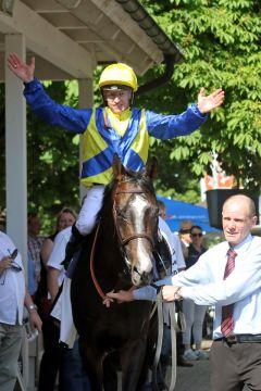 Der Champion freut sich: Filip Minarik auf Guignol. www.galoppfoto.de