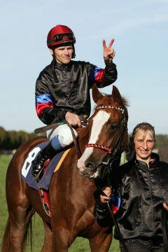 Sein zweiter großer Sieg in diesem Jahr: Jozef Bojko mit der Winterkönigin Monami. www.galoppfoto.de