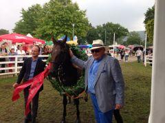 Morning Star mit Besitzer Ulrich Langenbach (rechts) und Trainer Sascha Smrczek in Bad Harzburg. Foto: privat
