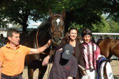 Nadelwald mit Trainer Peter Schiergen, Besitzerin Nicole Richter und Jockey Adrie de Vries. Foto: Gabriele Suhr