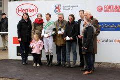 Siegerehrung für das Team um Narita mit Trainerin Sarah und Jockey Alexander Weis. Foto: Dr. Jens Fuchs