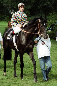 Network mit Olivier Doleuze bei der Parade zum 131. Deutschen Derby (9. Platz) im Jahr 2000 - zuvor hatte er das Union-Rennen gewonnen. www.galoppfoto.de - Frank Sorge