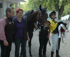 Besitzerpaar R. Ehrenhofer und Frau S. Zels mit Giant Cat und Jockey Maxim Pecheur. Foto Suhr