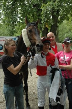 Sternenwind mit Susi Balu, Ande Best, Trainer Michael Blau. Foto Suhr