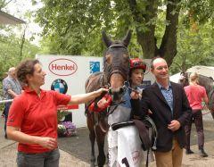 Brunello mit Daniele Porcu und Trainer Sascha Smrczek. Foto Suhr