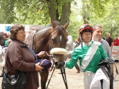 Lipanosie mit Trainerion Chr. Janssen und Jockey Filip Minarik. Foto Suhr