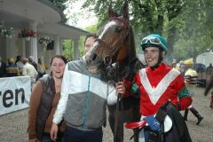 Brio, der lachende Sieger mit Sabrina Schwinn und Reiter Timo Degel. Foto: Suht