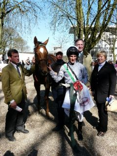 Siegerin Enide mit Trainer Peter Schiergen, Jockey Andrasch Starke und dem Besitzereheparr (Gestüt Ebbesloh). Foto Suhr