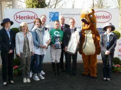Siegerehrung mit dem Besitzer W. F. Schmitz, Jockey Daniele Porcu, Albrecht Woeste, Trainer Sascha Smrczek. Foto Suhr