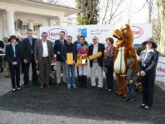 Siegerehrung mit Trainer Waldemar Hickst, Jockey Alex Pietsch und Besitzer W. Bartel. Foto Suhr