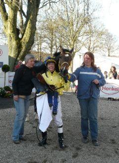 Threestepstoheaven mit BesitzetrTrainerin B.C. Hoorens van Heyningen und Jockey Andre Best. Foto Suhr