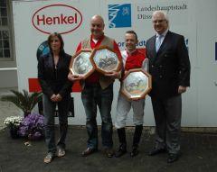 Siegerehrung mit Trainer Michael Blau, Andre Best, J. Böhm vom Düsseldorfer Reiter- und Rennverein. Foto Suhr