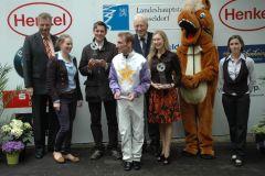 Siegerehrung mit Trainer Markus Klug, Jockey Andrasch Starke, RV-Präsident P. M. Endres. Foto: Suhr