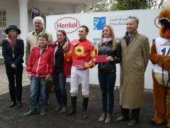 Siegerehrung mit Heike Rosenbach, Jan Palik und Laura Rosenbach (Foto Suhr)