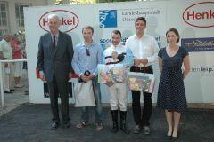 siegerehrung mit Vizepräsident Albrecht Woeste, Jockey Eugen Frank und Trainer Markus Klug. Foto: Suhr